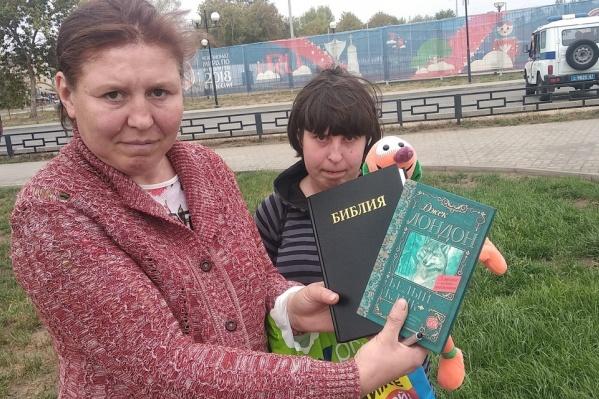 Женщины хотели подарить футболистам книги