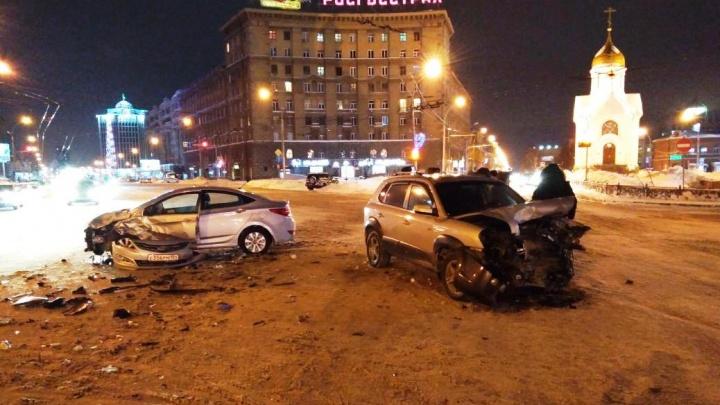 Водитель Hyundai Solaris переломал рёбра в ДТП возле часовни на Красном проспекте