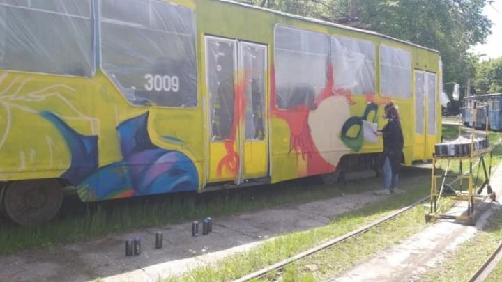 В центре Новосибирска начали раскрашивать трамвай №13