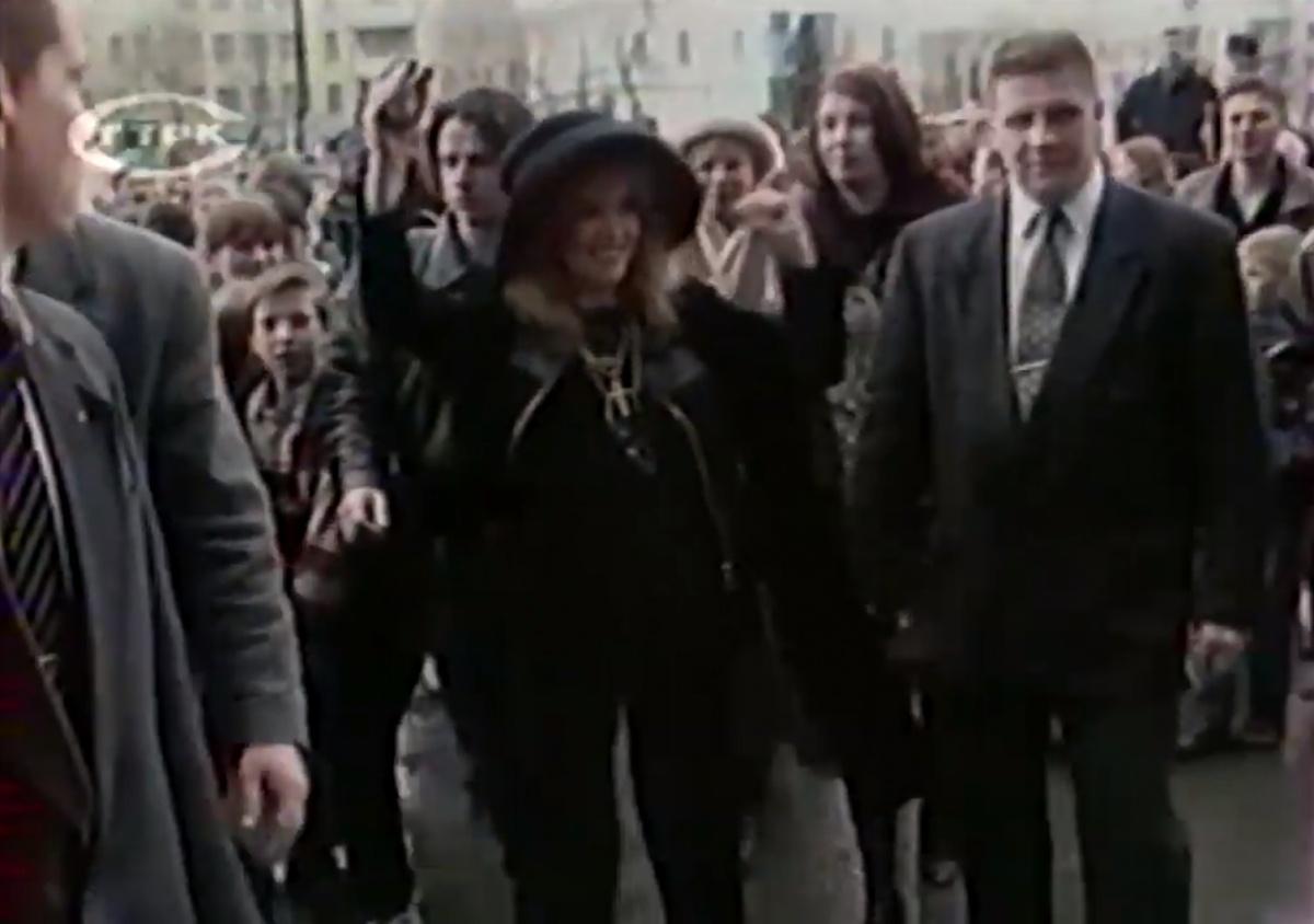 В толпе Аллу Борисовну охраняли несколько телохранителей