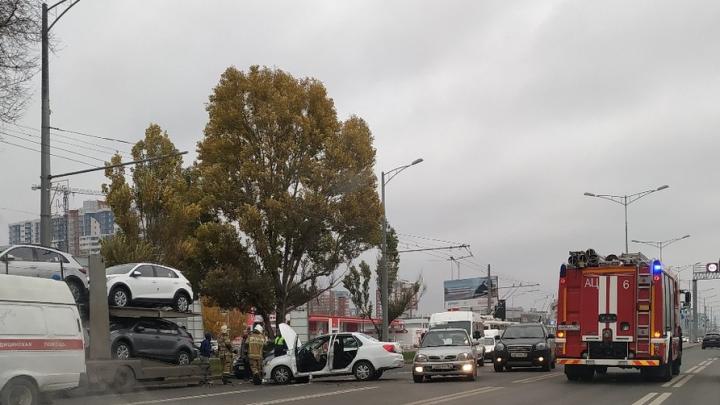 Образовалась пробка: на Московском шоссе водитель такси въехал в автовоз