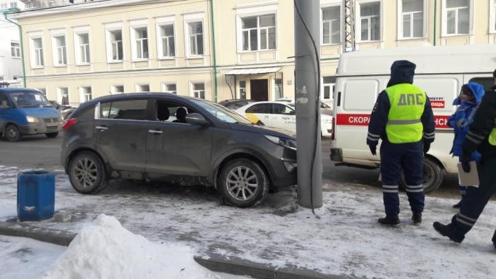 На Розы Люксембург водитель умер за рулём и врезался в столб на тротуаре
