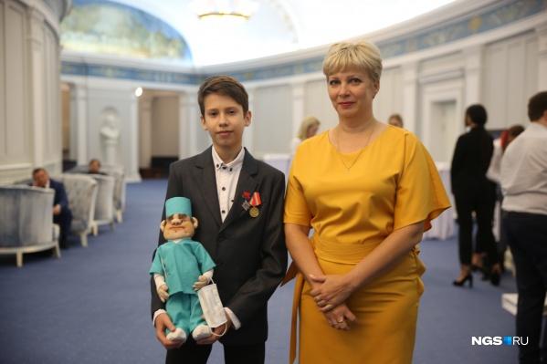На «Народную премию» НГС приехали Светлана Сидорова и её сын Иван Шитик из Волгограда