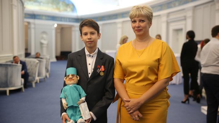 Спасибо, доктор Орлов: мальчик из Волгограда подарил куклу новосибирскому врачу, спасшему его мать
