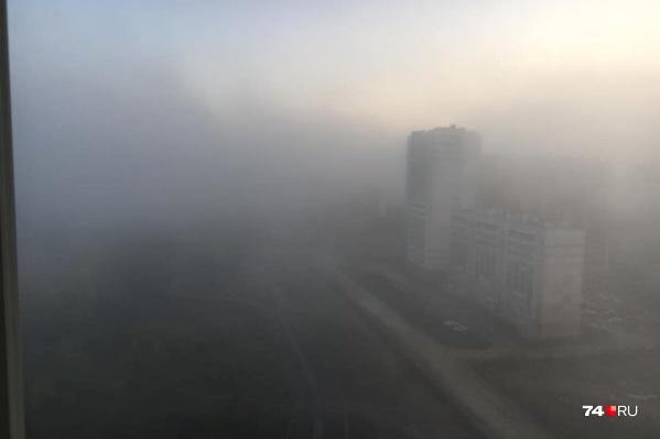 Сквозь туман с трудом можно разглядеть даже соседние дома
