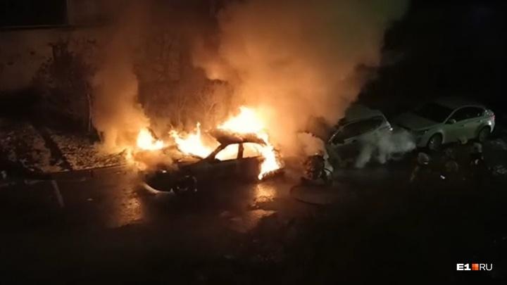 «Водитель был внутри, когда начался пожар»: на Уктусе ночью сгорела машина