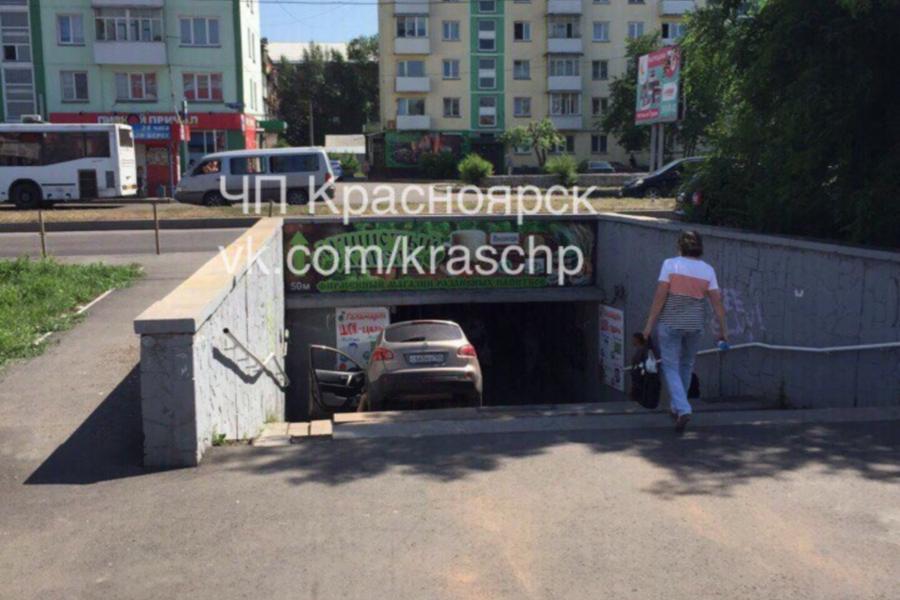 Фото: в Красноярске женщина за рулём иномарки слетела в подземный переход