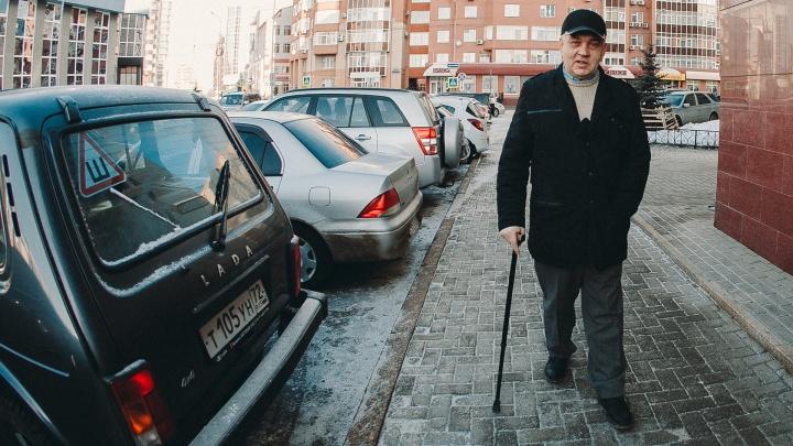 Ползком за пенсией: тюменский инвалид отсудил у банка 20 тысяч рублей из-за сломанной кнопки вызова