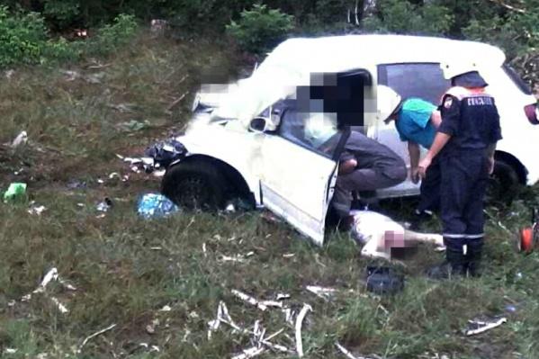 Тела из кузова доставали спасатели, настолько сильно машина была искорежена
