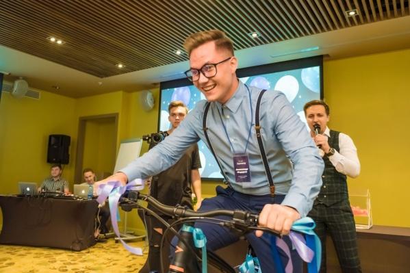 Один из сотрудниковJoymoney уехал с 5-летия компании на новом велосипеде