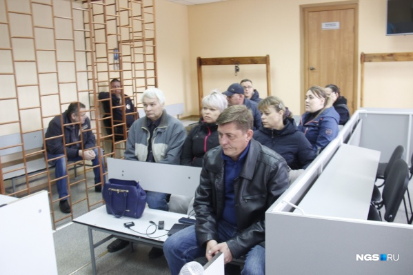 Для Дениса Титенко (на переднем плане) гособвинитель попросила 3,5 года колонии-поселения