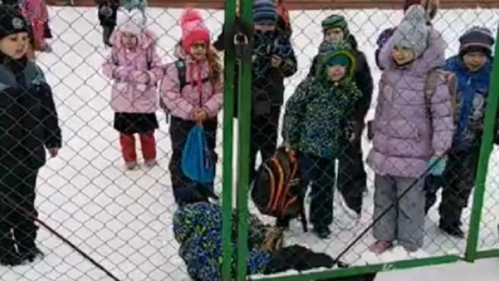Родителей держат за террористов? Пермяки пожаловались на запертые ворота в школу №116