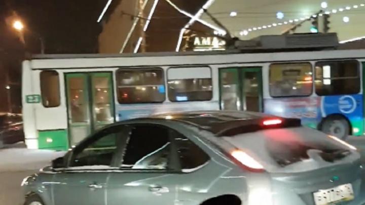 «Аж рога слетели»: в центре Ярославля легковушка влетела в троллейбус