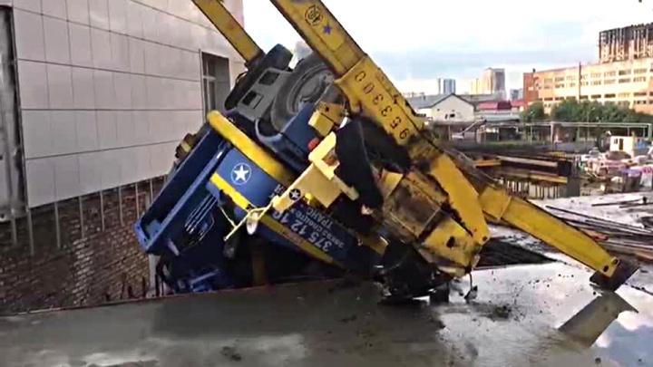 Строительный кран перевернулся и повис над ямой на стройке в центре Новосибирска