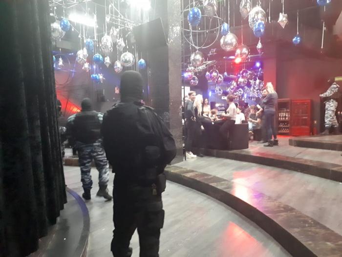 В клубах полицейские проводят проверку