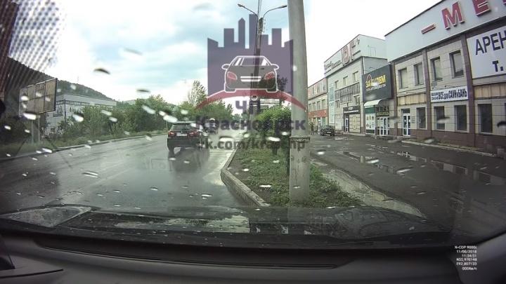 На съезде с 4-го моста обстреляли водителя дорогого внедорожника