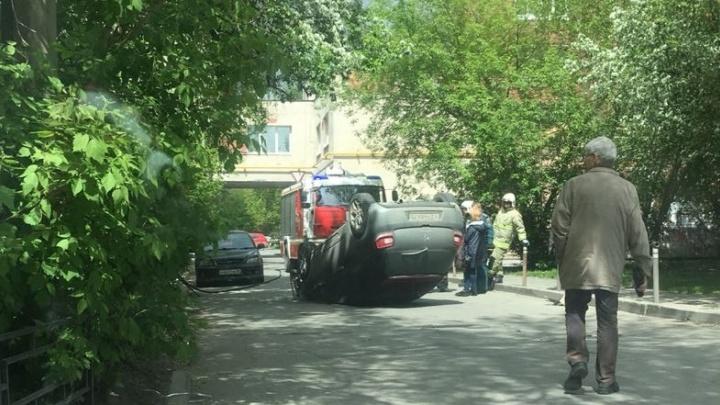 В центре Екатеринбурга перевернулась иномарка