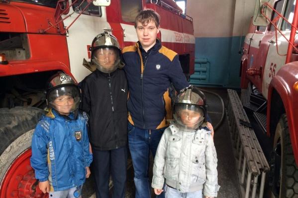 Алексей Зуев и дети, которых он вынес из горящего дома
