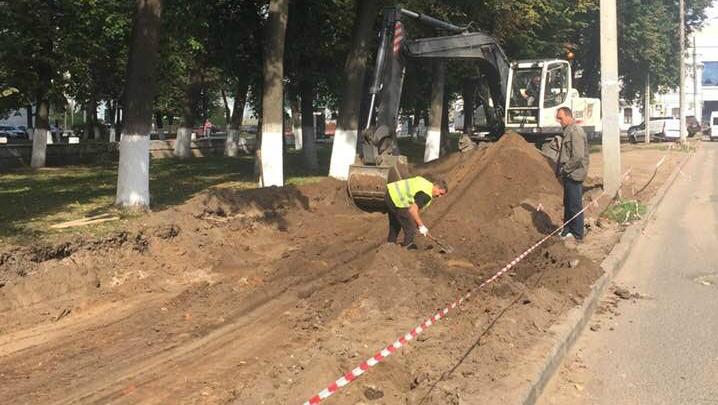 Парковка вместо газонов: в центре Ярославля дорожники асфальтируют кусок сквера