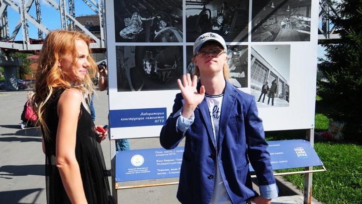 «Их не надо бояться»: на набережной показали портреты увлечённых детей с синдромом Дауна