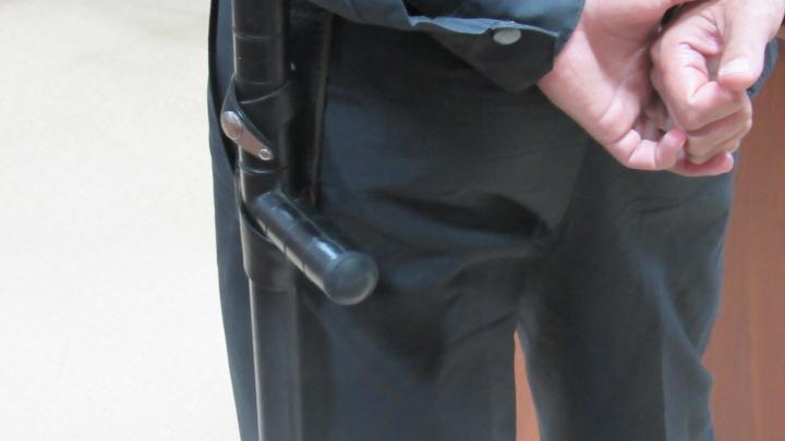 Курганец пришел в полицию жаловаться на ФСБ: заблокировал вход и достал нож