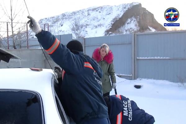 Спасатели очень быстро открыли автомобиль