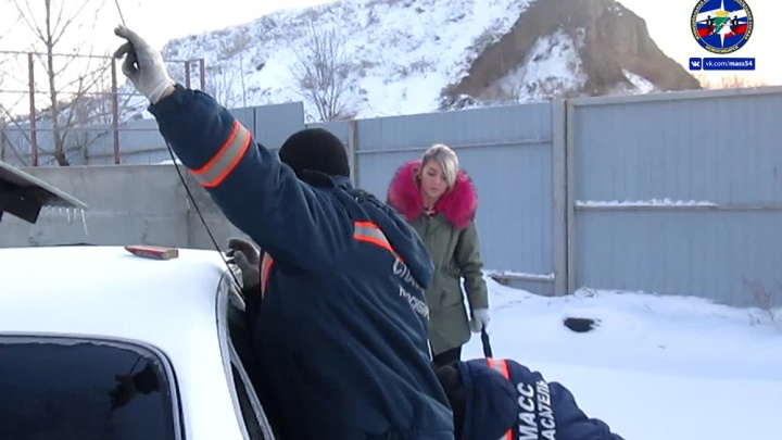 Спасатели вытащили трёхлетнюю девочку, запертую в заведённой машине