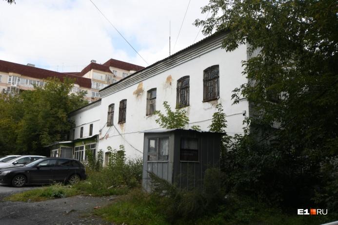 А это дом на Володарского, 5. Его тоже отказались признавать памятником