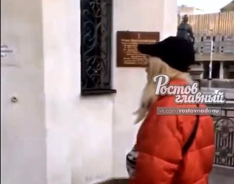 Полиция заинтересовалась видео с девушкой, которая плюнула на двери ростовского храма