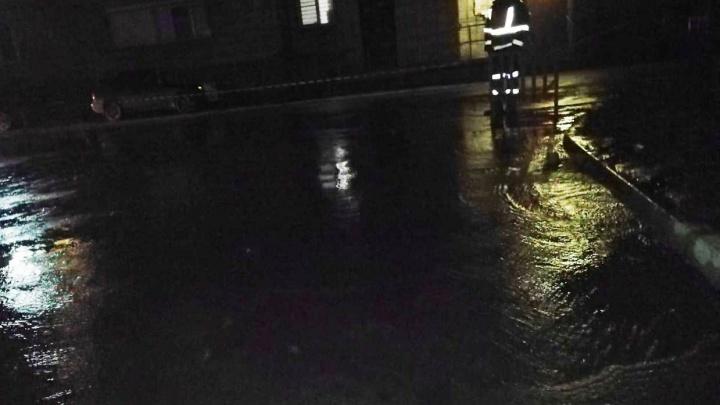 «Течёт под дом»: в Ленинском районе вода залила дорогу между двумя девятиэтажками