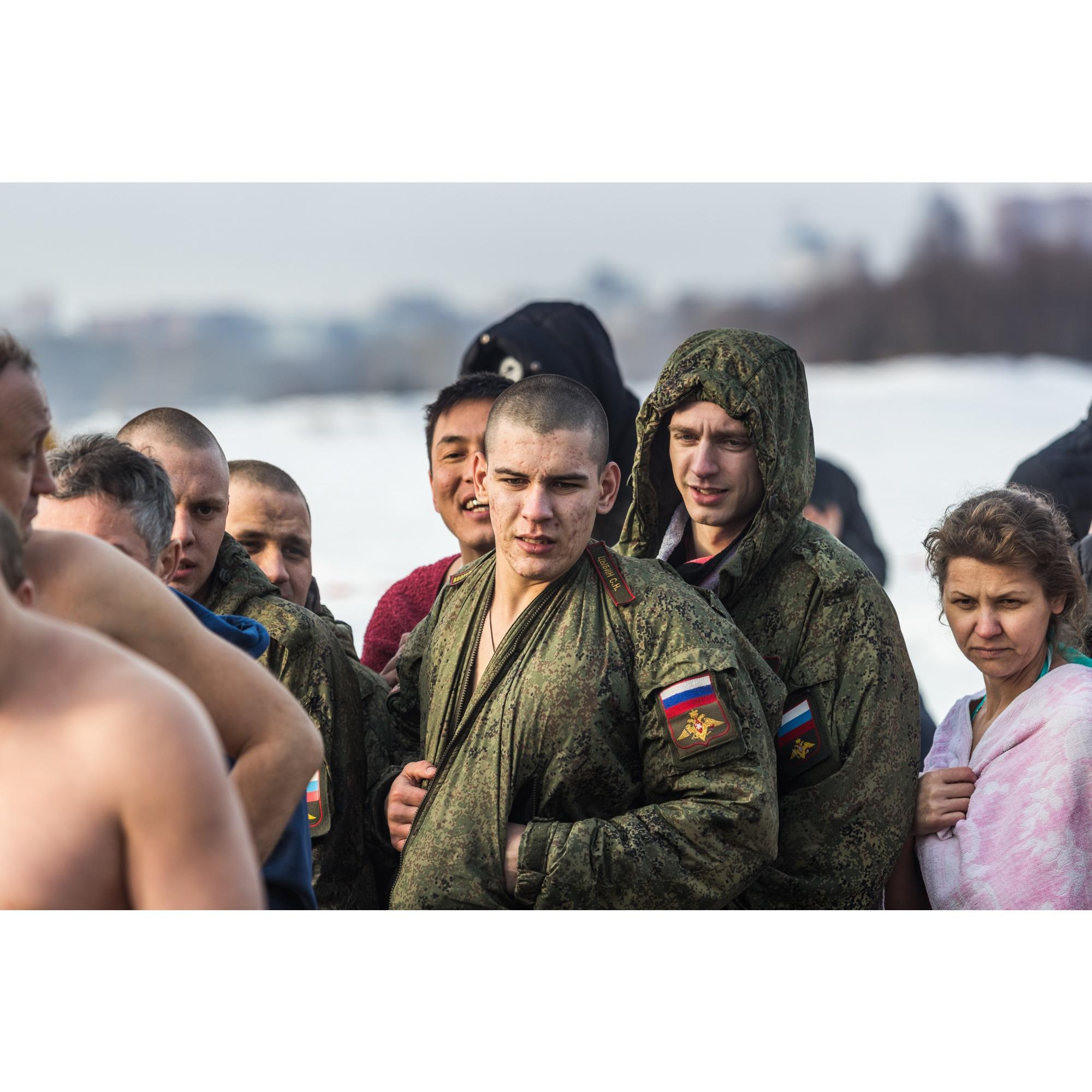 К Бугринскому мосту (купель у «Европейского берега») прибыли военнослужащие