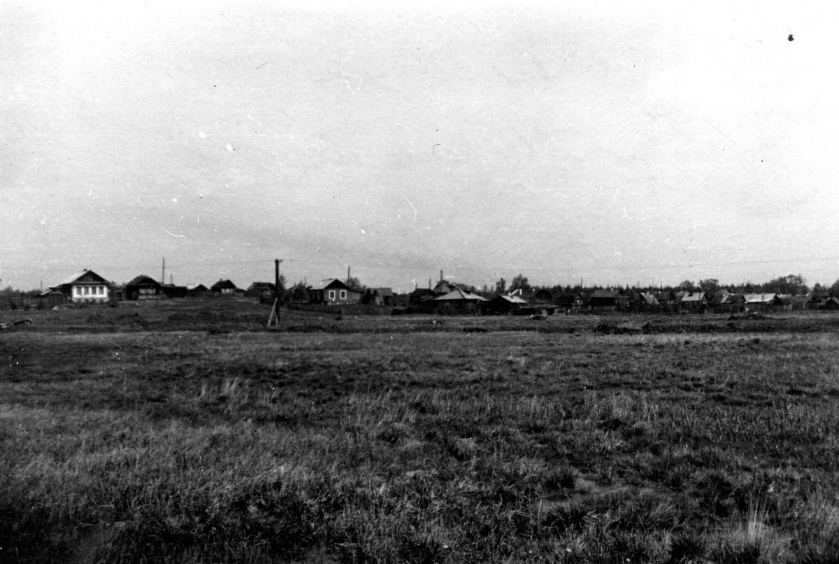 На территории современной Сортировки ранее находились посёлки, построенные рядом с железной дорогой. Снимок сделан от улицы Минометчиков. Видны дома поселка Красная Звезда