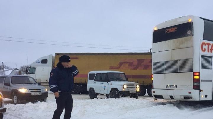 Десятки снегоуборочных машин расчищают закрытую трассу Ростов — Ставрополь в Песчанокопском районе