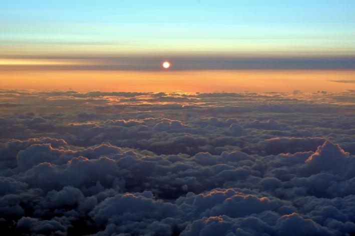 Поймал закат над облаками
