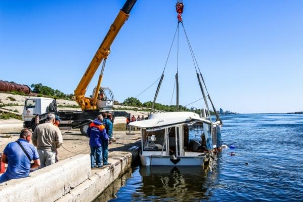 Катамаран, считают следователи и прокуратура, затонул по вине двух людей — пьяного капитана и директора лодочной станции
