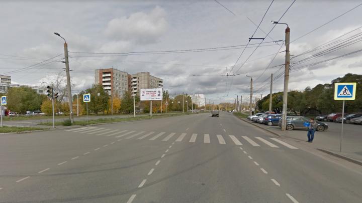 «Отключили за долги?»: на оживлённом перекрёстке в Челябинске вторую неделю не работают светофоры