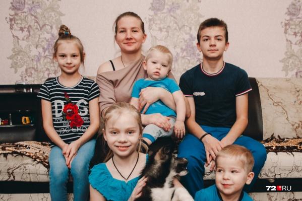 В семье Олеси Курлович и Александра Галиханова пятеро детей. Квартиру многодетная мама купила с привлечением субсидии «Молодая семья», займа «Жилфонда» и ипотеки в одном из российских банков