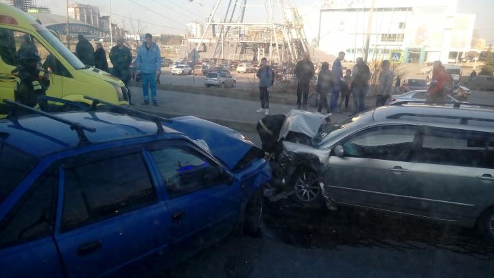«В больницу увезли пять человек»: в центре Челябинска из-за аварии образовалась пробка