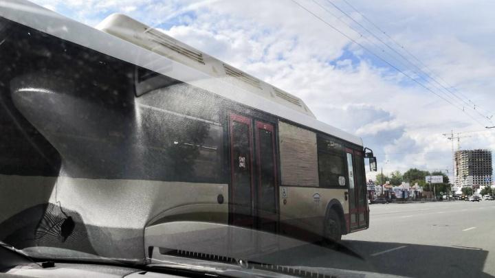 «Непрозрачные расходы»: челябинцев возмутил автобус с фанерой вместо стекла
