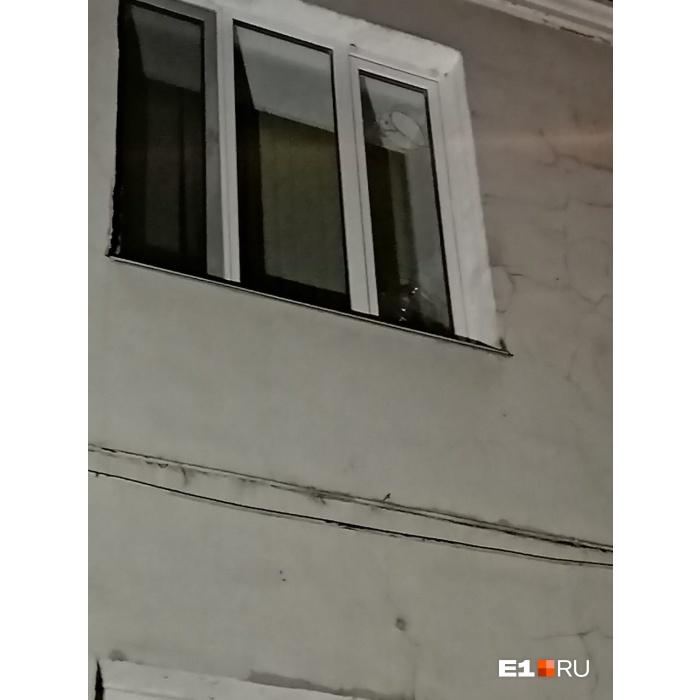 Обломки асфальта и камни выбили стекла в доме