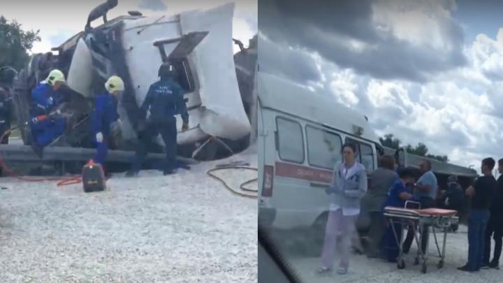 Кабина всмятку: на трассе в Самарской области перевернулась фура с щебнем