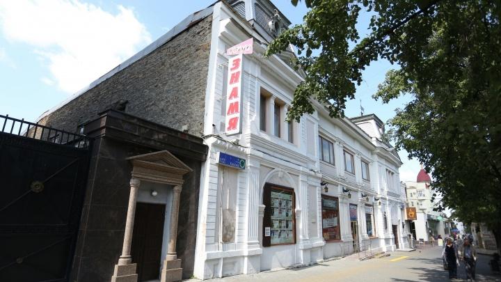 Сюжет с хеппи-эндом: к кинотеатру на Кировке стянули пожарные машины и скорую