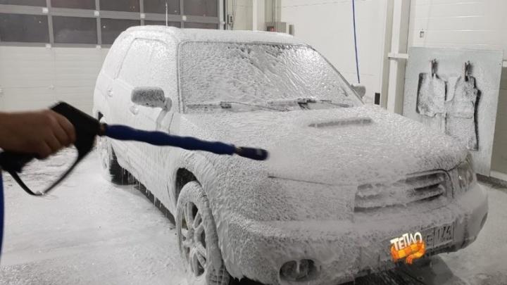 «Хочешь делать хорошо — делай сам»: на Новгородцевой открыли тёплую автомойку самообслуживания