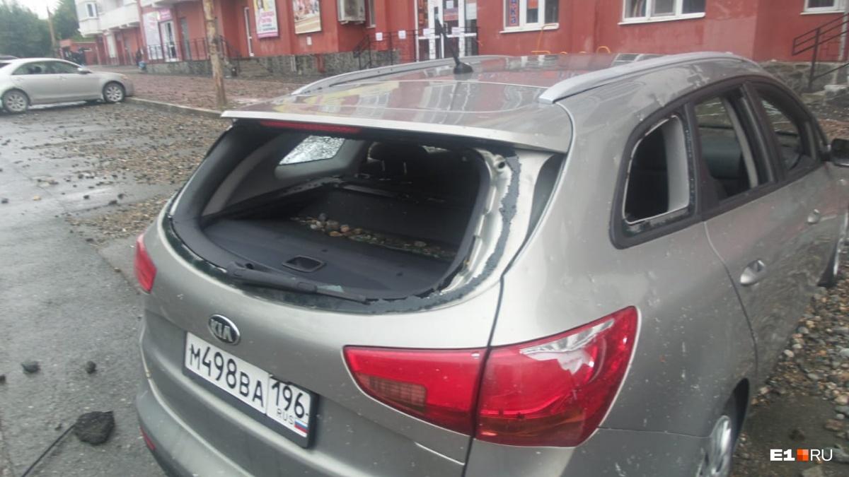 У автомобилей выбиты все стекла