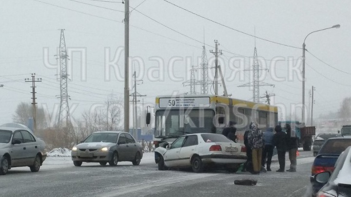 Водитель «Тойоты» со встречки протаранил автобус № 50 на Калинина и погиб