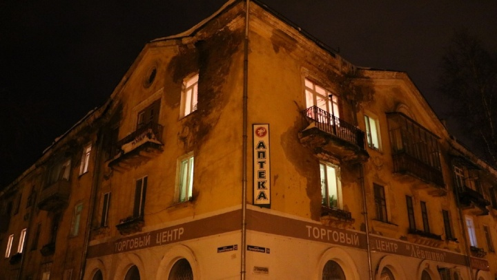 В аварийном, но жилом доме на окраине Перми обрушился потолокв четырех квартирах