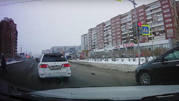 Наглый автохам проехал на красный сигнал светофора по Взлетной