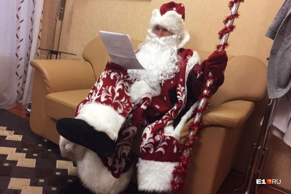 Журналист E1.RU надеялся сыграть роль манекена, но в сценарии Дед Мороз оказался задействован по максимуму и пришлось входить в образ