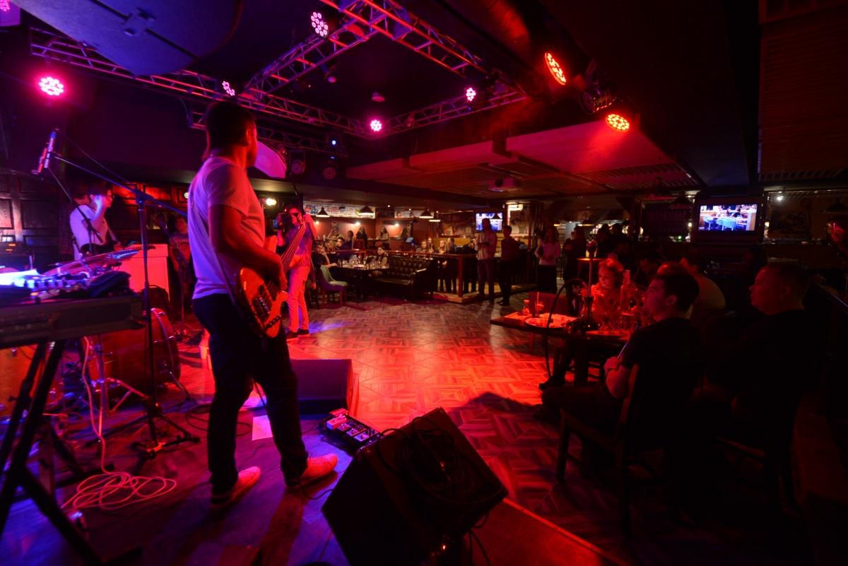 После ужина — стендап и танцы: как в Екатеринбурге открывали новый музыкальный ресторан-бар