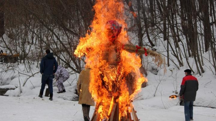 Чучело сгорело быстро и красочно. Показываем, как праздновали Масленицу на Щелоковском хуторе